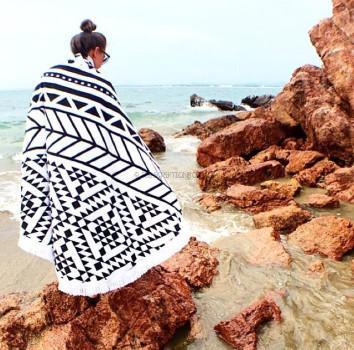 monochromatic geometric-print round towel